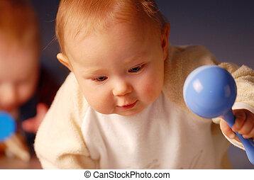 bebê, tocando, com, um, brinquedo