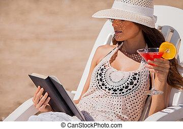 bebendo, e, leitura, praia