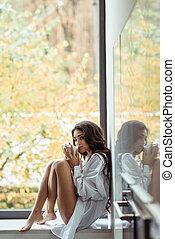 bebendo, mulher, café, windowsill