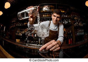 bebida derramando, bartender, jovem, jarro