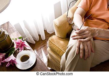 bebouwd, aanzicht, van, oudere vrouw, zittende , op,...