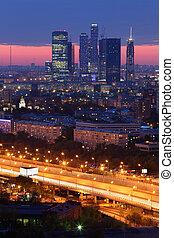 bebyggelse, av, moskva, stad, komplex, av, skyskrapor, hos, kväll in, moskva, russia;, solnedgång