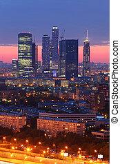 bebyggelse, av, moskva, stad, komplex, av, skyskrapor, hos, kväll in, moskva, russia;, vacker, solnedgång