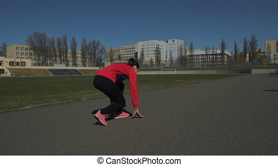Become a rack to start, starts running. - Young girl doing a...