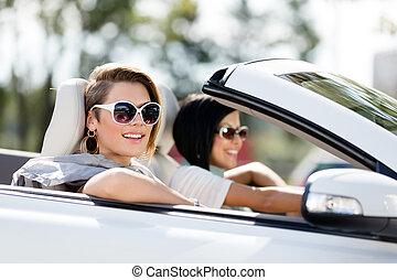 becsuk, autó, napszemüveg, feláll, lány