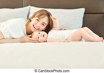 bed., 見る, カメラ, お母さん, 赤ん坊, あること