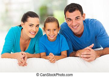 bed, het liggen, drie, gezin, vrolijke