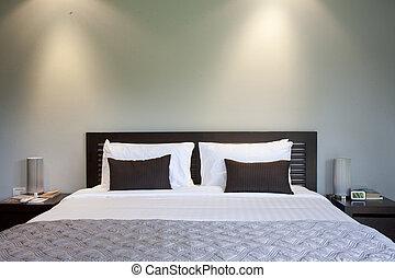 bed, in, een, hotelkamer, op de avond