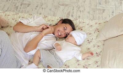 bed., jeune, nouveau né, maman, chambre à coucher, bébé, jouer, heureux