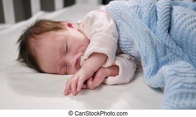 bed, slaap, pasgeboren, zuigen, jumpsuit, bescherming, slapende, baby deken, bedekt, matras, zijn, pacifier., room, kind, child., vredig, crying., wheezing, blauwe