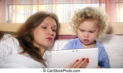 bedding., tablette, deux, mère, blanc, girl, 4k, portion, jouer, mensonge, play.