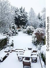 bedeckt, schnee, gartenterasse, kleingarten