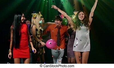 bedrijf, van, jonge, en, vrolijk, mensen, dancing, in, een, nightclub, onder, brandstichtend, music., slowmotion