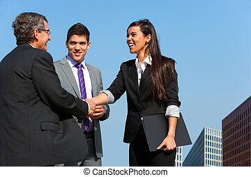 bedrijfsovereenkomst, op, team, handen, outdoors., rillend