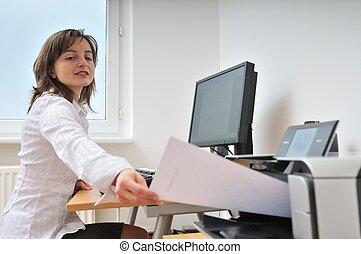bedrijfspersoon, werkende , met, printer