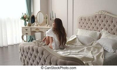 bedroom., étire, réveille, long, motion., cheveux, lent, femme, haut