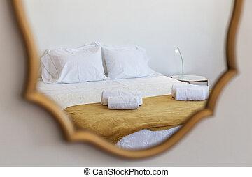 bedroom., kuddar, reflexion, säng, spegel