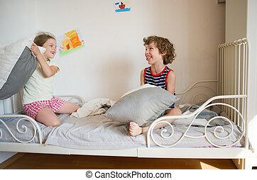 bedroom., soeur, frère, lit, asseoir