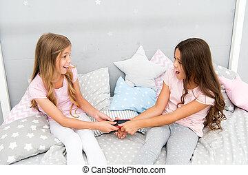 bedroom., telefon, schwestern, anteil, pajama, didnt, zwischen, technology., beteiligt- zeit, relations., kindheit, sleep., neu , vorher, sisters., bed., kinder, telefon., familie, blogging, streiten, gebrauch