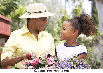 bedstemoderen, granddaughter, gartneriet, sammen