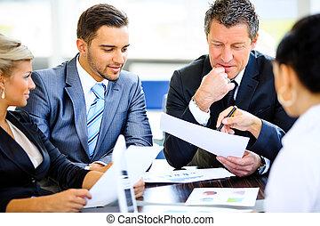 beeld, van, zaken partners, het bespreken, documenten, en,...