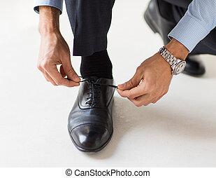 been op, schoen, knopende, handen, afsluiten, man, kanten