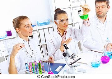 befog, közül, tudósok, dolgozó, alatt, laboratórium