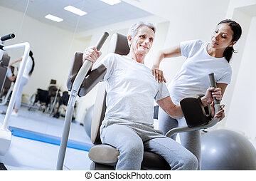 begeistert, baby boomer, gebrauchend, gewichtsmaschine, in, a, rehabilitation, zentrieren