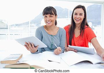 begge, piger, hånd, pcærens, dem, deres, lede, arbejder, kamera, tablet, sammen