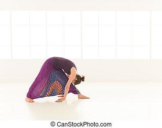 begginer, mujer, actitud del yoga, joven, se manifestar