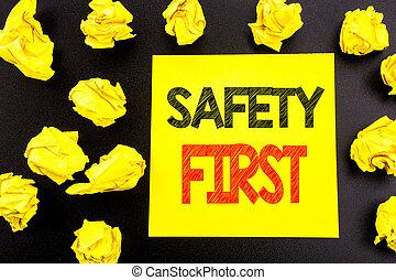begriff, geschaeftswelt, first., text, ausstellung, sicher, gefaltet, gelbe klebrige notiz, geschrieben, warnung, sicherheit, hand, papiere, begrifflicher hintergrund, schreibende, paper.