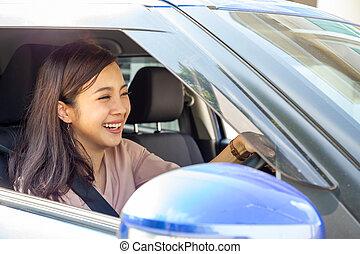 begriff, junger, asiatisch, reise, gürtel, sie, positiv, reise, urlaub, lächeln, glückliche frau, entspanntes, reise, während, sitz, froh, fahren, auto, fahren, festmachen, ausdruck, straße