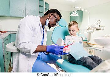 begriff, kaukasier, bürste, erzählt, zahntechnik, z�hne, seine, hygiene, wenig, lächeln, karies, glücklich, wie, junge, schwarz, teeth., zahnarzt, prävention
