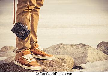 begriff, lebensstil, foto, reise, füße, draußen, urlaube, weinlese, mann, fotoapperat, retro