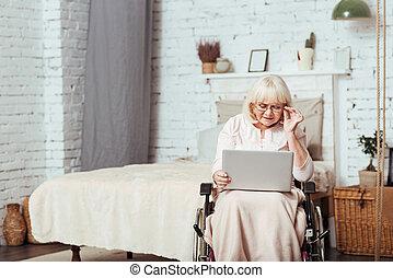 behaglig, handikappad, åldrig, kvinna använda laptop