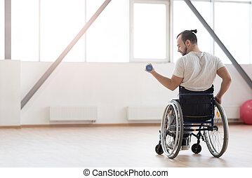 behaglig, ung, invalid, exercerande, med, vikter, i idrottshallen