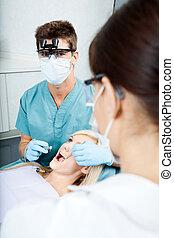 behandlande, tålmodig, assistent, tandläkare, klinik, kvinnlig
