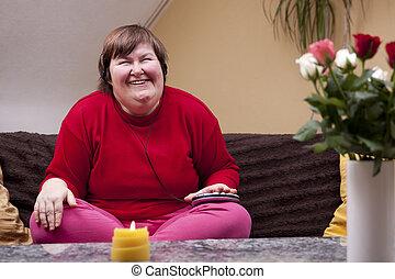 Behinderte Frau erlebt Musik und freut sich - Disabled woman...