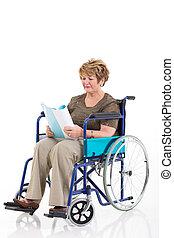 behinderten, ältere frau, lesen buches, auf, rollstuhl