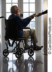 behinderten, älterer mann, sitzen, in, rollstuhl, wesen, gegeben, becher