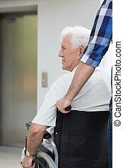 behinderten, älterer mann, und, helfer