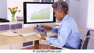 behinderten, schwarz, geschäftsfrau, arbeiten schreibtisch