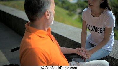 behulpzaam, vrijwilliger, klesten, met, een, senior, gehandicapte man