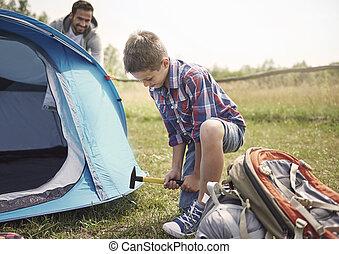 behulpzaam, zoon, op, de, kamperen, met, zijn, vader