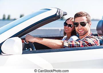 beide, comfort., paar, weißes, junger, reise, schauen, ihr, während, fotoapperat, reisen, lächeln, genießen, umwandelbar, straße, glücklich