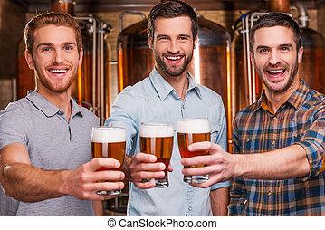 beifall, zu, you!, drei, heiter, junge männer, in, ungezwungener verschleiß, dehnen, heraus, brille, mit, bier, und, lächeln, während, stehende , vor, metall, behälter