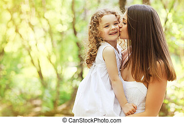 beijando, feliz, filha, mãe