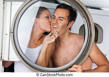 beijando, mulher, lavanderia, homem, bochecha