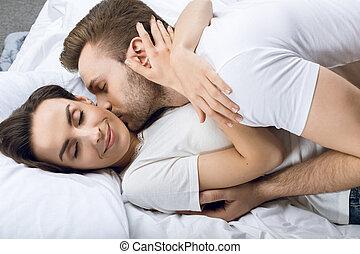 beijando, mulher sorridente, cama, homem