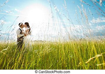 beijando, noiva noivo, em, ensolarado, capim
